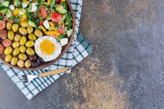 Deska śniadaniowa z sałatką jarzynową i przekąskami