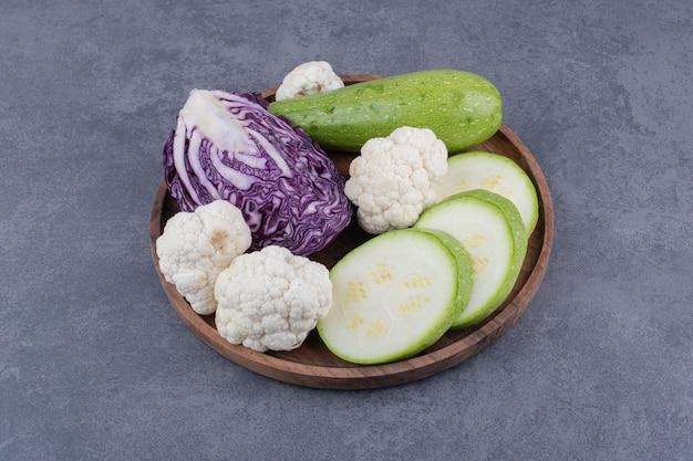 Deska warzywna z posiekanymi i pokrojonymi produktami