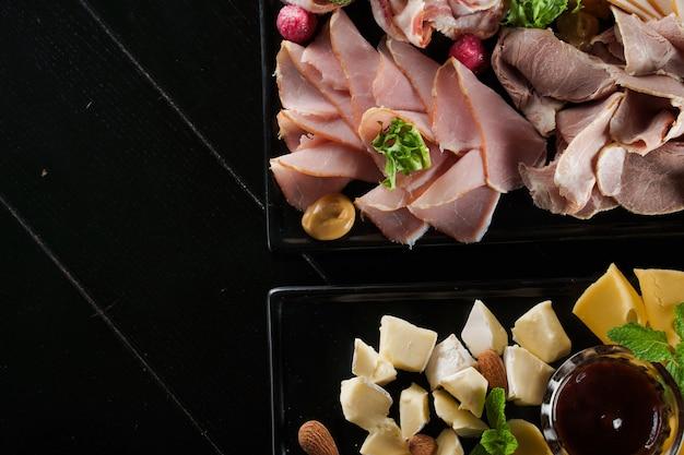 Deska wędlin i serów z wędlinami i różnymi rodzajami sera