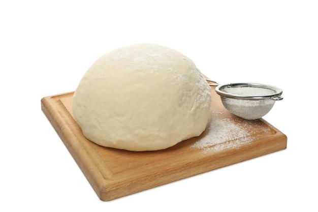 Deska z ciasta i mąki na białym tle