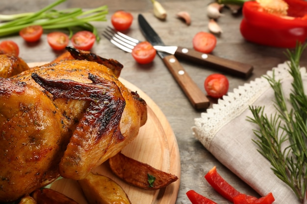 Deska z pieczonym piwem może kurczaka na drewnianym stole zbliżenie