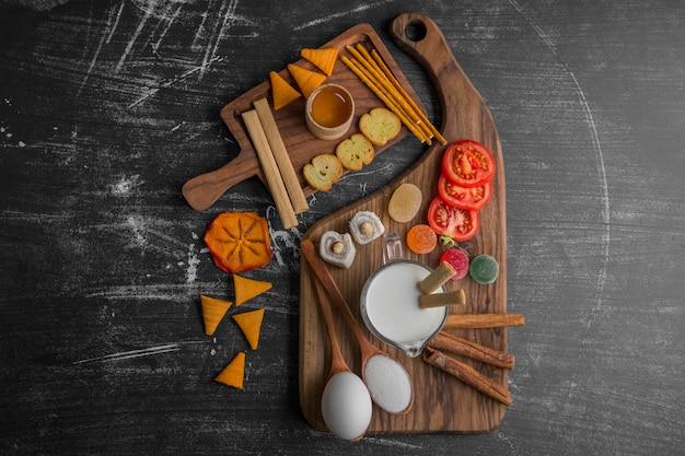Deska z przekąskami z frytkami, krakersami i ciastami