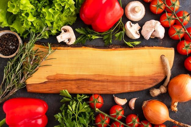 Deska z surowymi warzywami. widok z góry, miejsce na tekst
