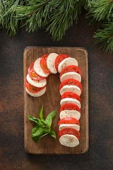 Deska z trzciny cukrowej caprese to świąteczna przystawka na świąteczne przyjęcie bożonarodzeniowe