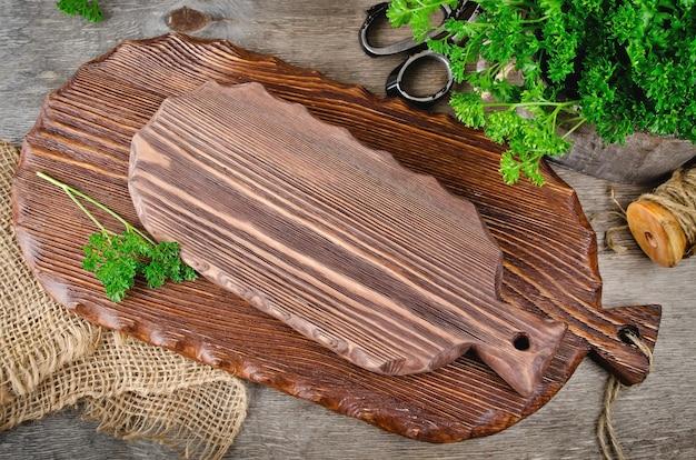 Deski do krojenia na drewnianym stole w kuchni. sprzęt kuchenny