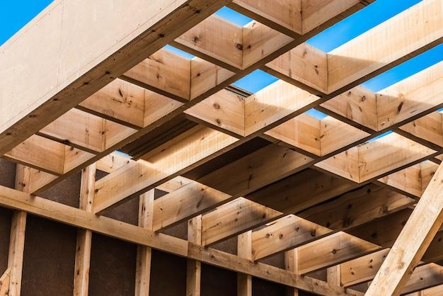 Deski drewniane na ściany i belki przy budowie nowego zrównoważonego domu drewnianego.