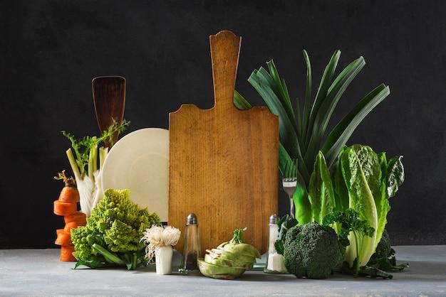 Deski kuchenne martwa natura ze świeżych warzyw. koncepcja zdrowej żywności