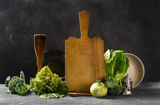 Deski kuchenne martwa natura ze świeżych zielonych warzyw. gotowanie zdrowej żywności koncepcji