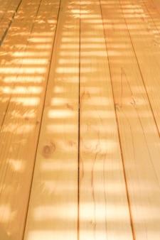 Deski light wood układa się w rolce, tak aby promienie słoneczne przeświecały przez łaty