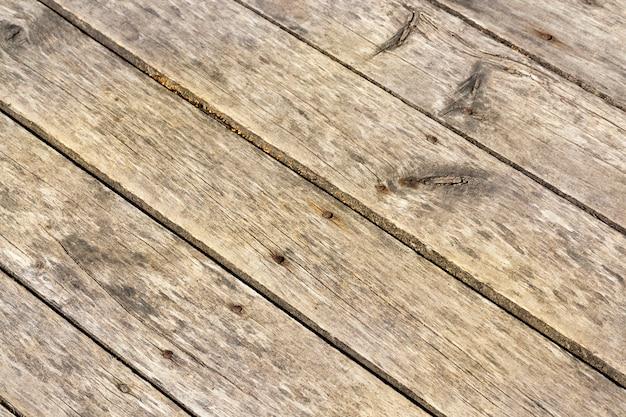 Deski podłogowe i stare zardzewiałe gwoździe, znajdujące się na zewnątrz. zdjęcie zostało zrobione z bliska, mała głębia ostrości.