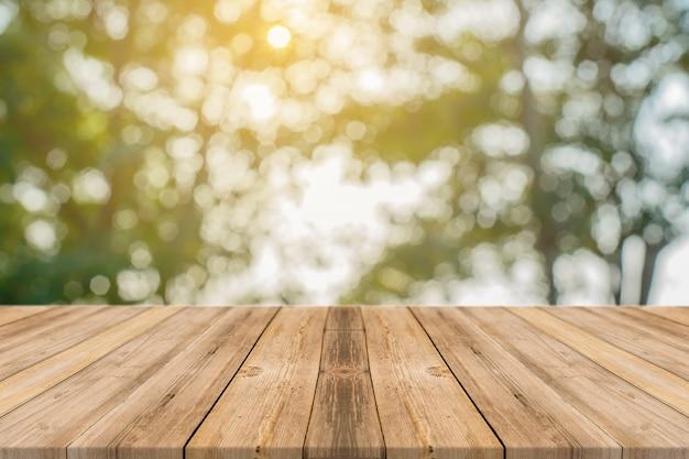 Deski z tłem unfocused drzew
