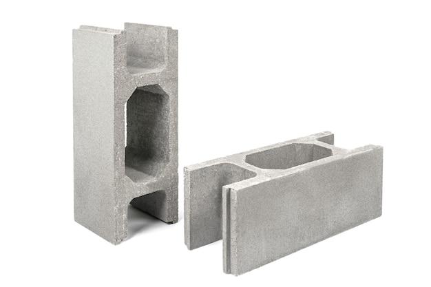 Deskowanie betonowe do budowy fundamentu. architektoniczne elementy złączne wzmacniające ogrodzenia cementowe na białym tle
