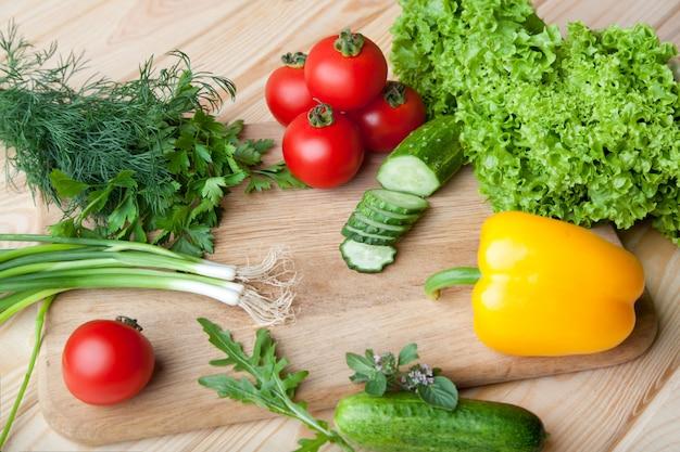 Deskowi tnący świezi warzywa