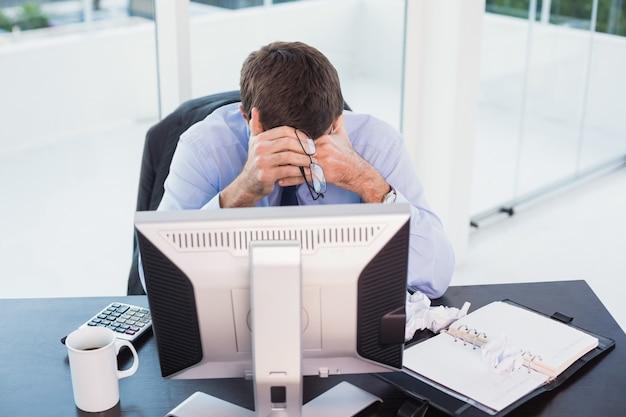 Desperacki biznesmen patrzeje w dół