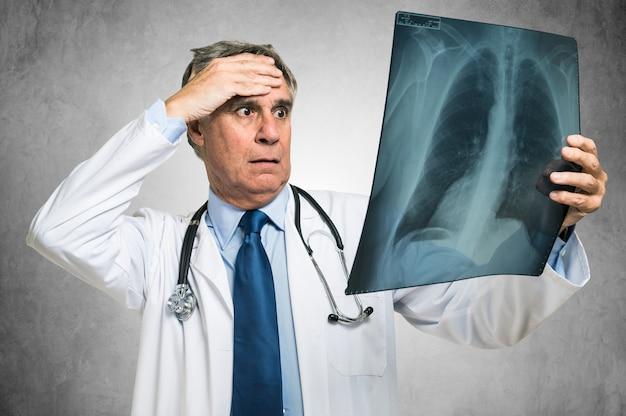 Desperacki doktorski patrzejący radiologię płuc