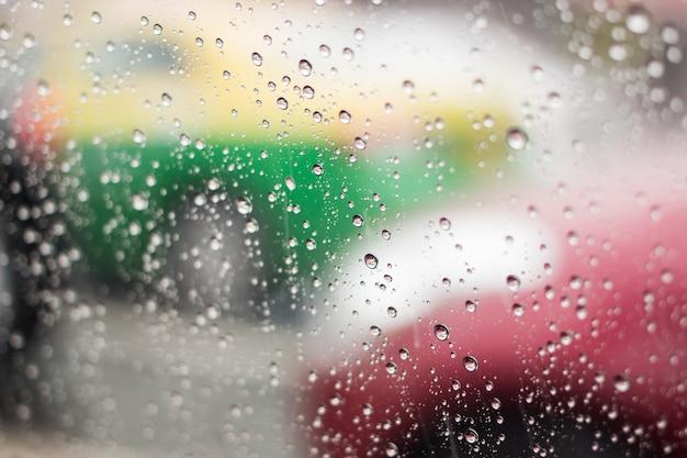 Deszcz spada na przednią szybę na ulicach bangkoku.