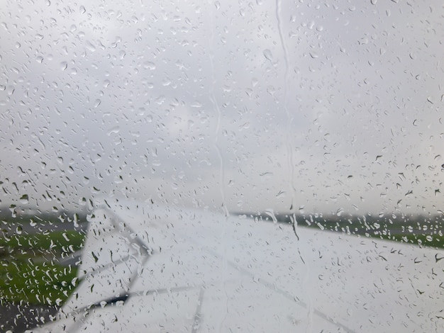 Deszcz spada za oknem samolotu