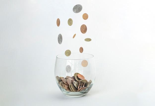 Deszcz złotych monet nad szkłem