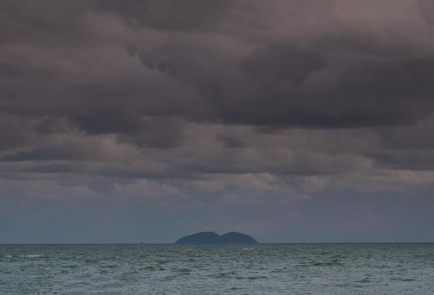 Deszczowe chmury na morzu.