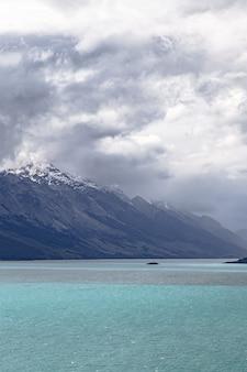 Deszczowe chmury nad czapami śniegu w górach wakatipu lake nowa zelandia