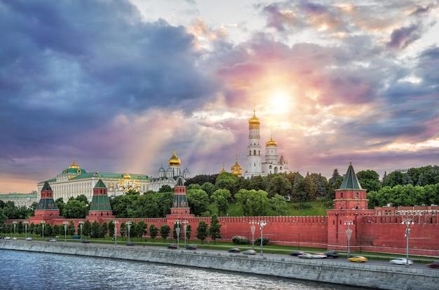 Deszczowe chmury nad wieżami i kopułami moskiewskiego kremla oraz promienie słoneczne