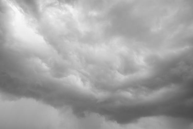 Deszczowe chmury tworzące się na niebie