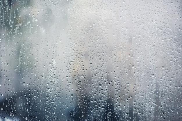 Deszczowe, krople deszczu na oknie, tło sezonu jesiennego