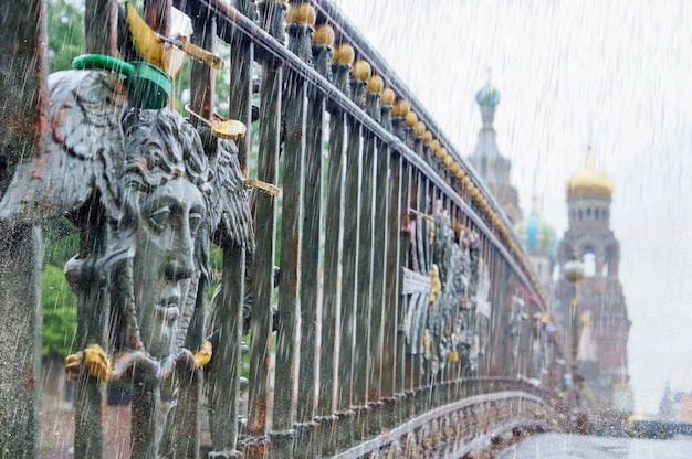 Deszczowy dzień z widokiem na petersburg. koncepcja zmiany klimatu.