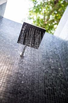 Deszczowy prysznic na zewnątrz