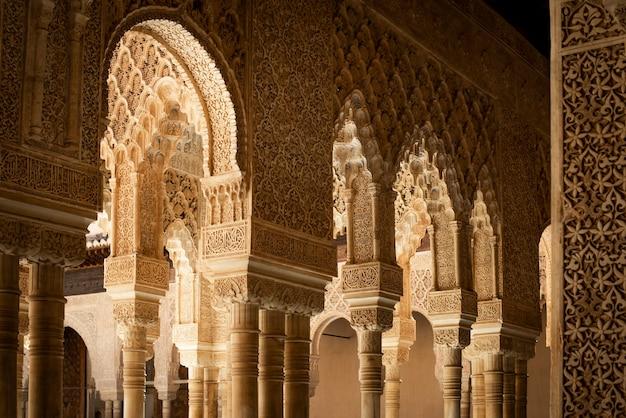 Detal architektury pałacu alhambra, granada, hiszpania