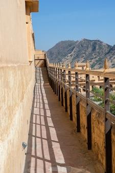Detal architektury, wąski korytarz na ścianie w jaipur, radżastan, indie. ścieśniać