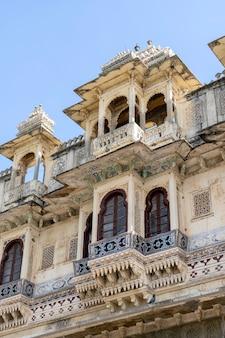 Detal architektury, zdobiona fasada w udaipur, radżastan, indie. ścieśniać