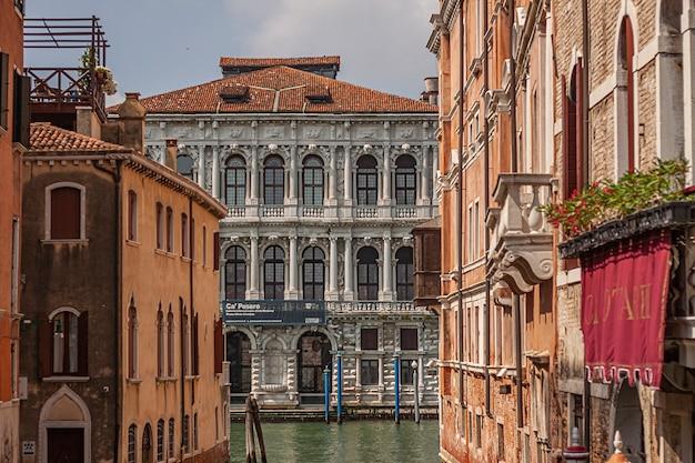 Detal ca pesaro, słynny zabytkowy budynek w wenecji we włoszech