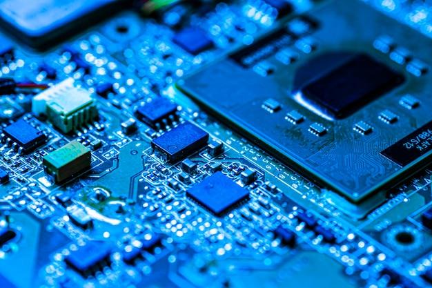 Detal elementów elektronicznych z wyraźnie widoczną konstrukcją i szczegółami funkcjonalnymi chipa