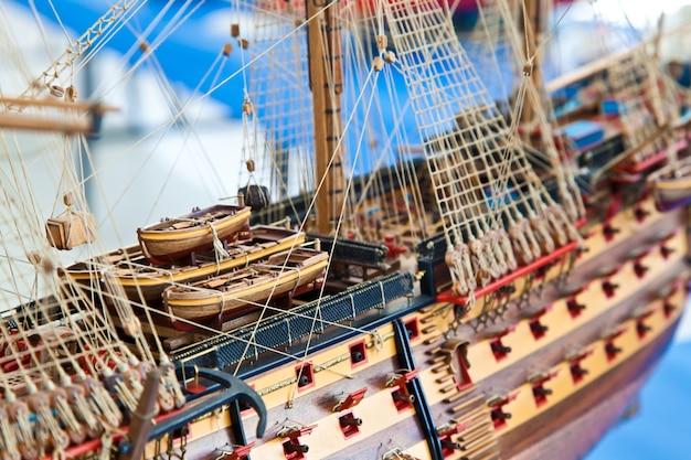 Detal modelu galeon wykonany z drewna. przydatny jako przykład hobby
