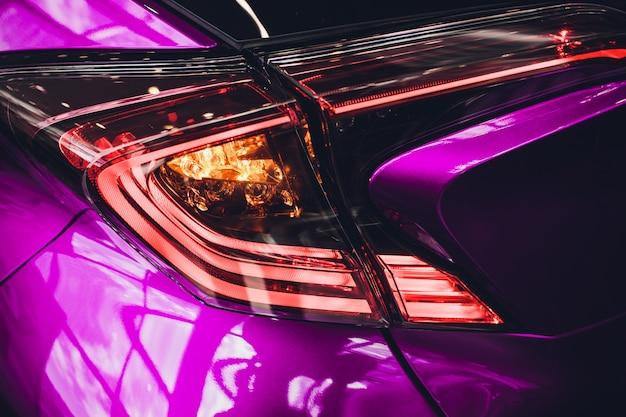 Detal na tylnym jasnoniebieskim samochodzie różowy