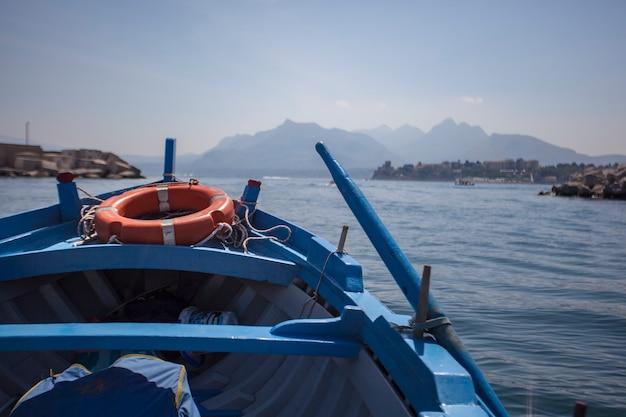 Detal niebieskiej łodzi wiosłowej w porto bagnera na sycylii