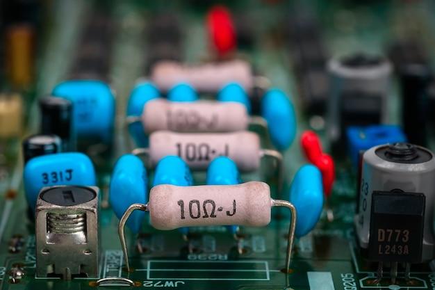 Detal płyty głównej z elementami elektronicznymi kondensatory mikroukładów lub technologia rezystorów
