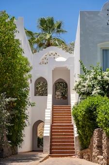 Detal schody i biała ściana domu na ulicy egiptu w sharm el sheikh, koncepcja architektury