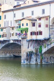 Detal słynnego ponte vecchio we florencji, włochy