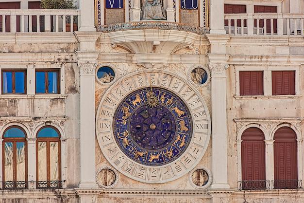 Detal wieży zegarowej w wenecji, we włoszech przykład architektury renesansowej