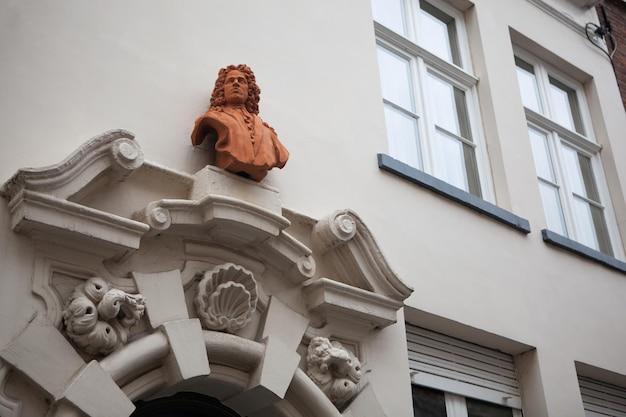 Detale architektoniczne budynków w brugii w belgii