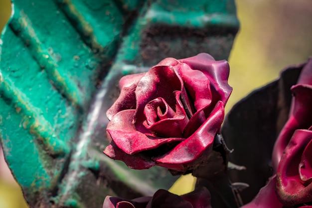 Detale, konstrukcja i ozdoby kutej bramy żelaznej. ozdobna ozdoba z różami, wykonana z metalu.