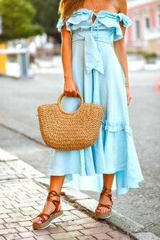 Detale mody ulicznej stylowej eleganckiej kobiety noszącej modną niebieską sukienkę vintage z falbaną