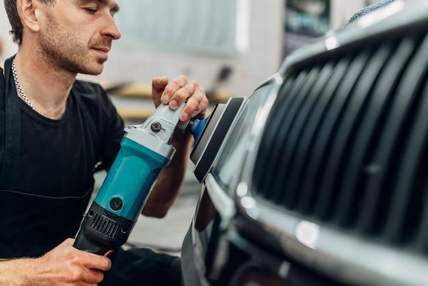 Detale reflektorów samochodowych w myjni samochodowej