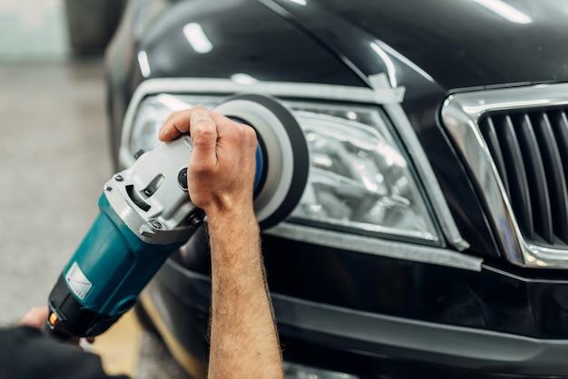 Detale reflektorów samochodowych za pomocą maszyny do polerowania