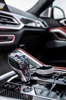 Detale samochodu chromowana automatyczna dźwignia zmiany biegów. rączka gazu i przyciski parkowania
