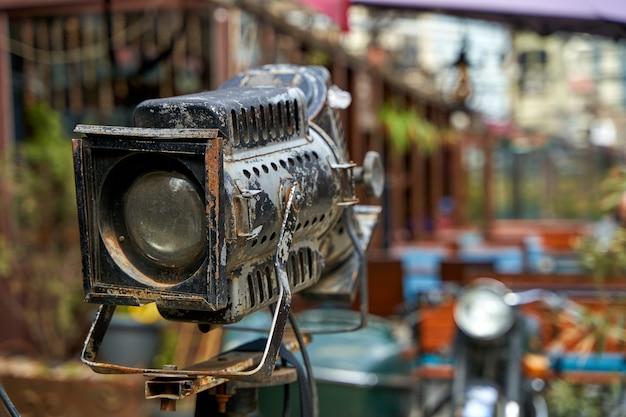 Detale zewnętrzne kawiarni ulicznej. reflektor w stylu vintage do oświetlenia.