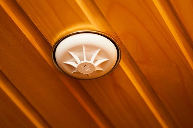 Detektor dymu wbudowany w drewniany sufit
