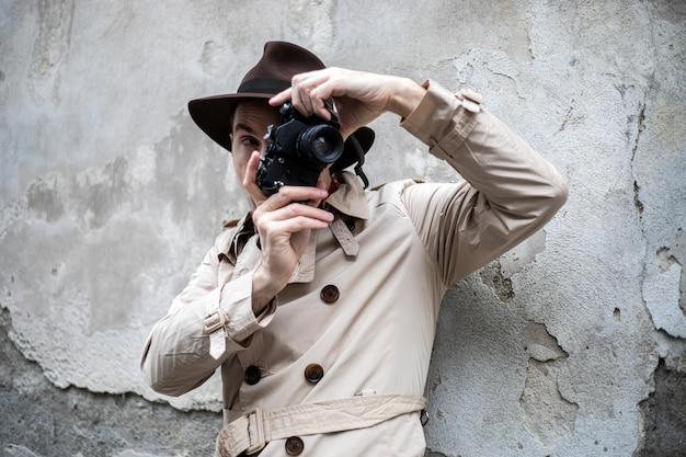Detektyw robi zdjęcia w miejskich slumsach swoim starym aparatem